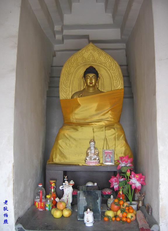 老狄的塔之旅之16-5:良乡多宝佛塔内部的佛像 [关闭] [编辑] [删除] [管理] [表状] 进入塔内,迎面是新设的释迦牟尼坐像,如图1。 图2是佛塔1层西面佛龛内的地藏王菩萨,可以看到其背后的阶梯。 图3是南面佛龛内的济公和尚。济公是中国佛教著名的4大疯僧之一,可这尊济公像显得似乎并不疯癫。 图4是东面佛龛中的观音菩萨。 佛塔顶层的佛龛中还有两幅释迦牟尼画像。 img_file=/photo/upload/2008/01/12009817970.