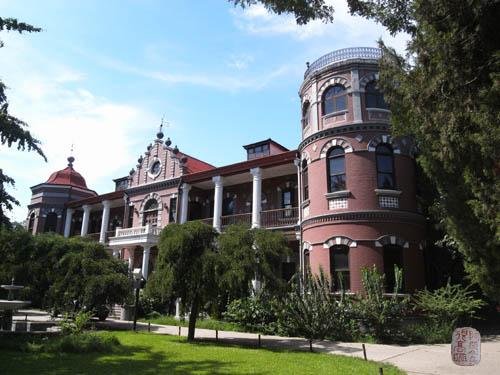 楼之东西两侧建筑不对称,东边为圆柱形三层,楼顶为圆形平台,有栏杆,可
